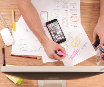 Bild zum Lernmodul Umsetzung in digitale Lernmaterialien mit handschriftlichen Planungsskizzen und einem Monitor