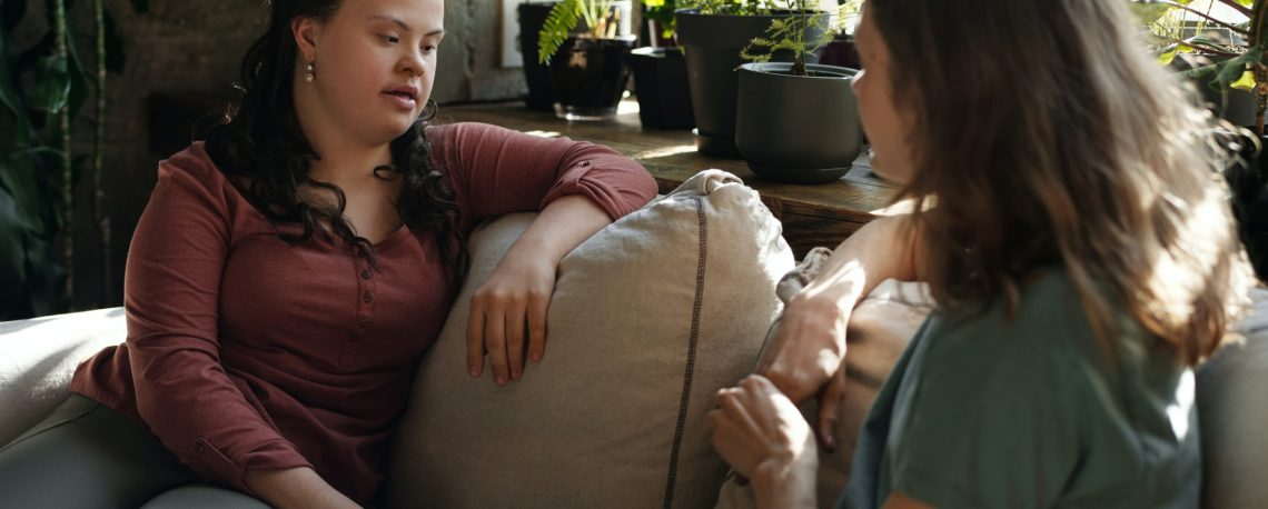 """Bild zweier Frauen auf einem Sofa als Einstieg in das Lernmodul """"Psychische Störungen bei Schülerinnen mit einer geistigen Behinderung"""