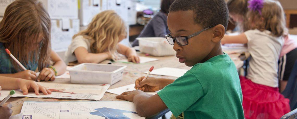 """Startbild des Lernmoduls """"Begleitung und Unterstützung epilepsiekranken Schüler*innen mit einem Bild von Grundschülern in einer Klasse"""